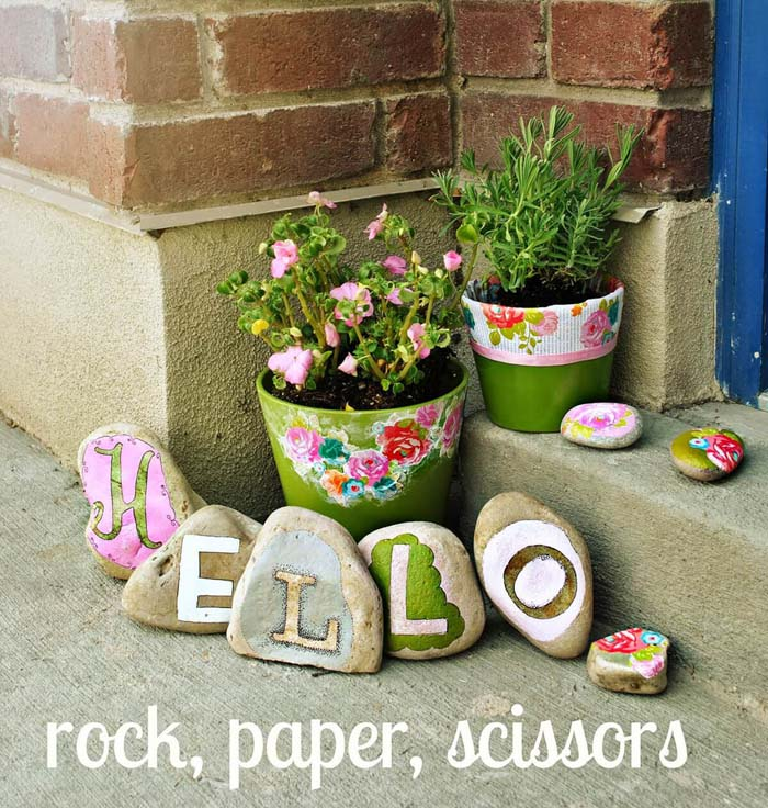 Welcome Your Guests with a Painted Stone Message #homedecor #pebbles #rocks #decorhomeideas
