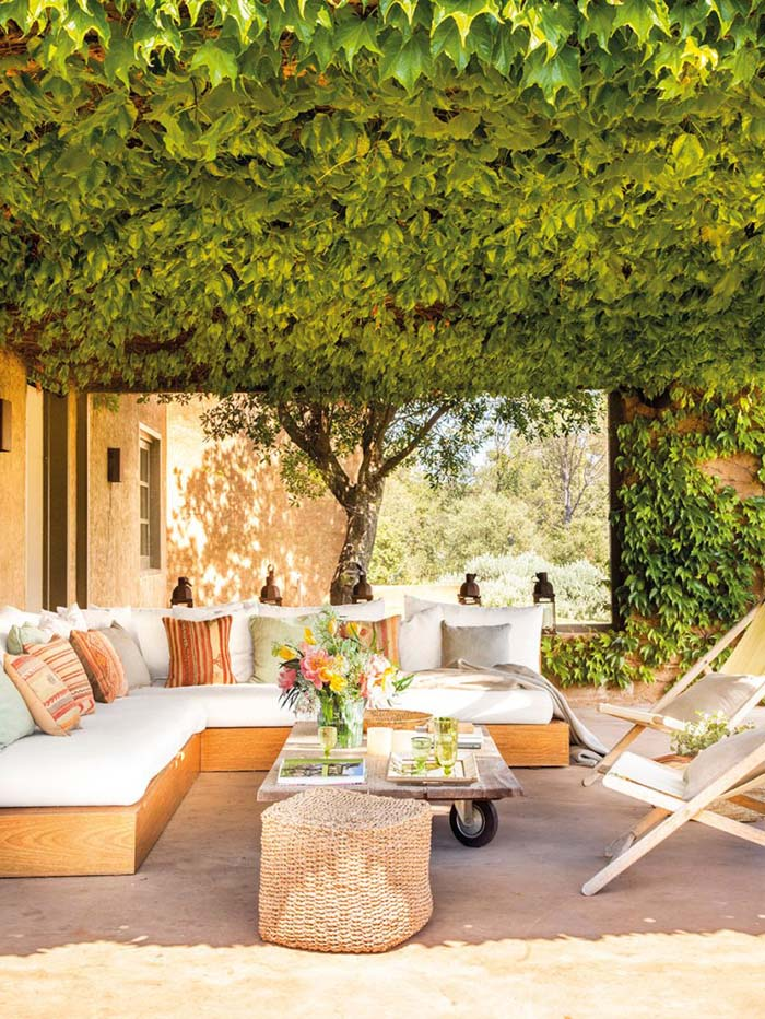 Living Green Ceiling and Light-Colored Furniture #rusticpatioideas #rusticpatio #decorhomeideas
