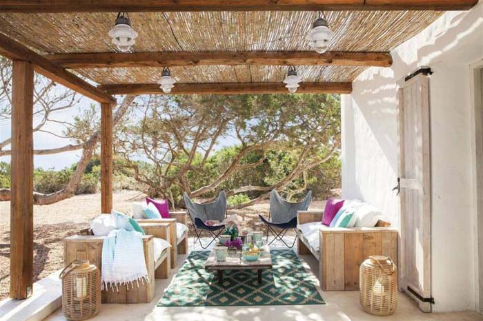 White And Jewel Tone Accents on a Desert Patio #rusticpatioideas #rusticpatio #decorhomeideas
