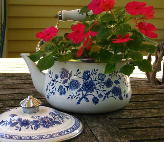 Repurposed Garden Container Ideas with a Tea Kettle #repurposedplanter #repurposedcontainer #decorhomeideas