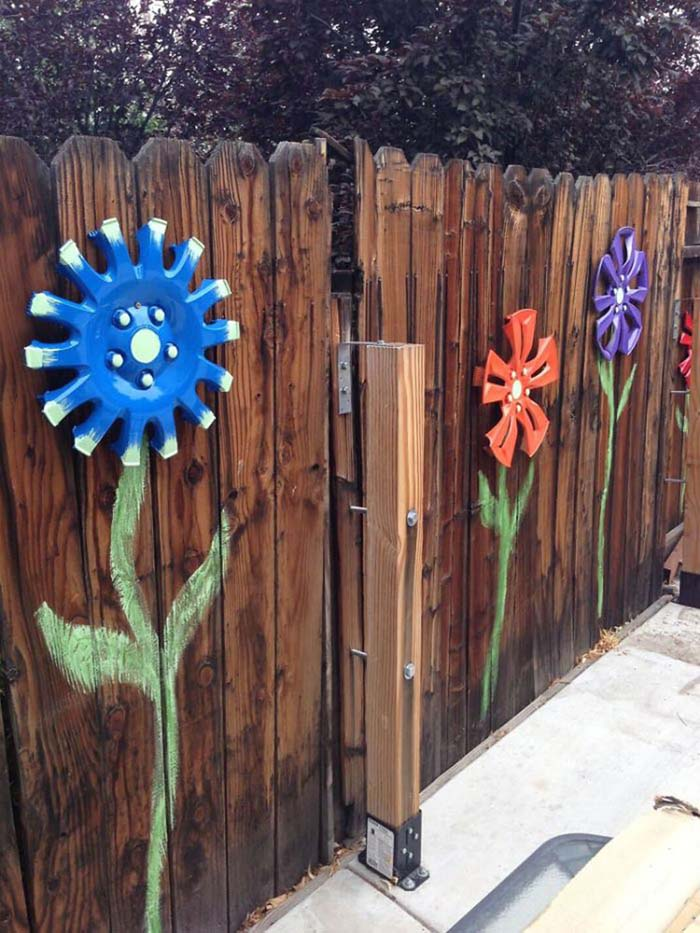 Cute Flowers made of Car Hubcaps #gardenfencedecoration #decorhomeideas