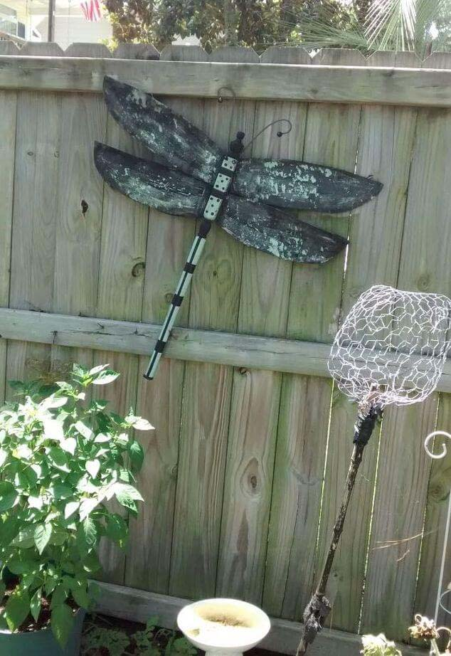 Weathered Dragonfly Sign on the Fence #gardenfencedecoration #decorhomeideas