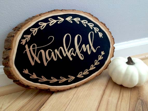 23. Tree Slice Plaque with Gold Hand-lettering #thanksgiving #sign #decorhomeideas